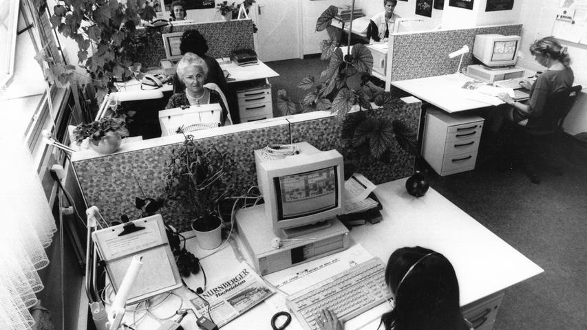 Nicht nur die Druckerei, auch die Büroausstattung wird moderner. Schreiben die Journalisten der NN anfangs noch auf mechanischen Schreibmaschinen, beginnt in den 90ern mit aus heutiger Sicht kuriosen Flimmerkisten das Computer-Zeitalter.