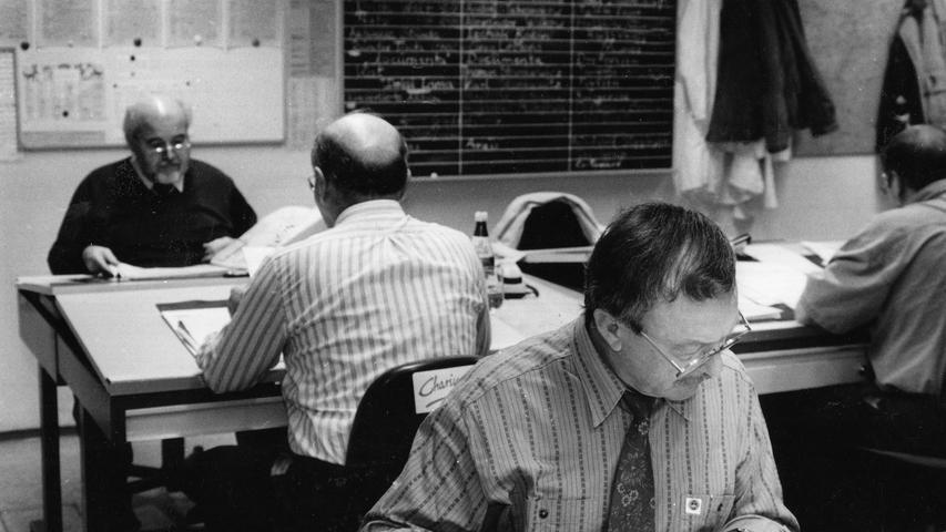 Manche Arbeitsschritte können jedoch bis heute noch nicht durch die Technik ersetzt werden: Ein Blick ins Korrektorat der 90er Jahre.