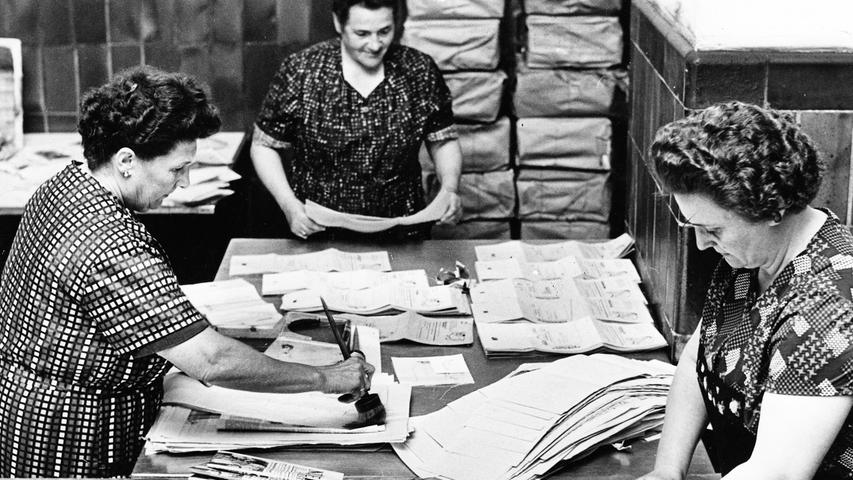 In den frühen 50er Jahren liegt die Auflage der NN bereits bei stattlichen 150.000 Exemplaren. Auch im Urlaub können Abonnenten ihre Zeitung lesen. Hier zu sehen: Die Abteilung