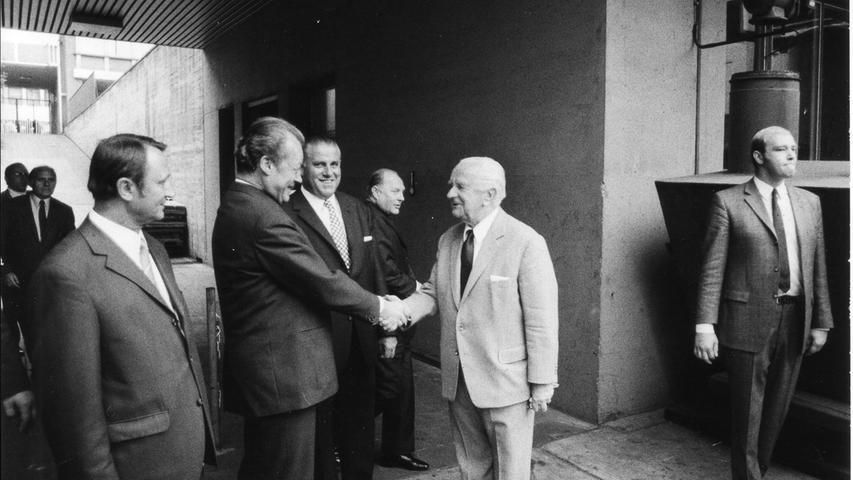 Nicht nur zu Jubiläen besucht die Prominenz der Politik das Zeitungshaus in Nürnbergs Innenstadt: Hier zu sehen Bundeskanzler Willy Brandt mit dem Verleger Joseph E. Drexel. Zwischen den beiden: Nürnbergs Oberbürgermeister Andreas Urschlechter.