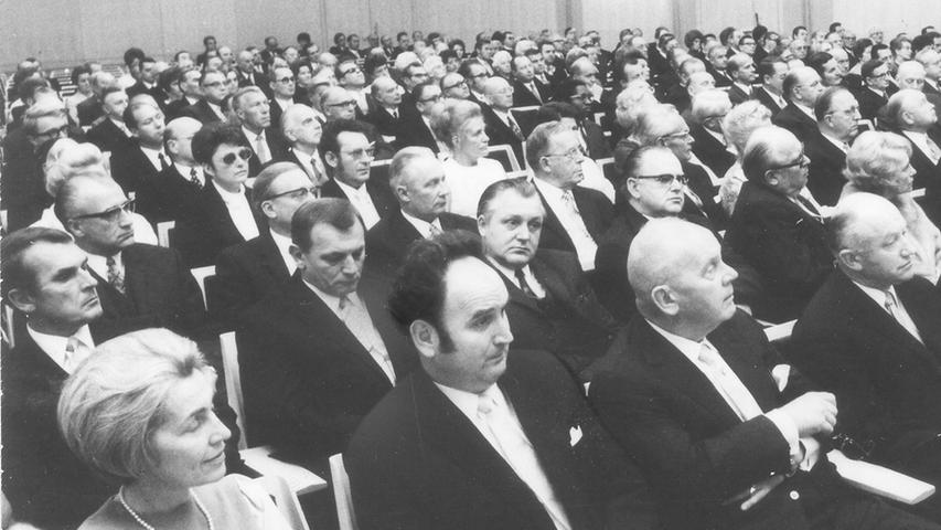 1970 feiert der Verlag Nürnberger Presse das 25-jährige Bestehen der Nürnberger Nachrichten in der Meistersingerhalle. Vorne von links: Staatssekretärin Hildegard Hamm-Brücher, Verleger Bruno Schnell und IHK-Präsident Fritz Scharlach. Hinter ihm die CSU-Bundestagsabgeordneten Oscar Schneider und Richard Stücklein.