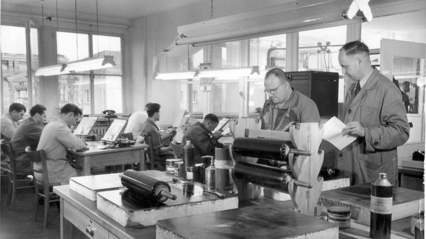 Bevor es in die Druckerei geht, bedarf die Zeitungsproduktion zu dieser Zeit eines großen Aufwands. Ein Blick in die sogenannte Ätzerei, in der die Bilder für den Druck vorbereitet werden.
