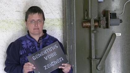 »Geheimnisvolle Zeichen« heißt die Broschüre, die Renate Trautwein am Eingang zum Bunker Friedrich-Ebert-Straße zeigt. Hinter den Zeichen verbergen sich die Luftschutz-Markierungen, die sich heute noch an vielen Häusern finden.