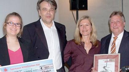 Musikschulleiterin Elke Theil (links) durfte sich über die Spende von Kulturpreisträger Walter Plötz (2. v. l.) freuen. Rechts Laudator MdB Martin Burkert.