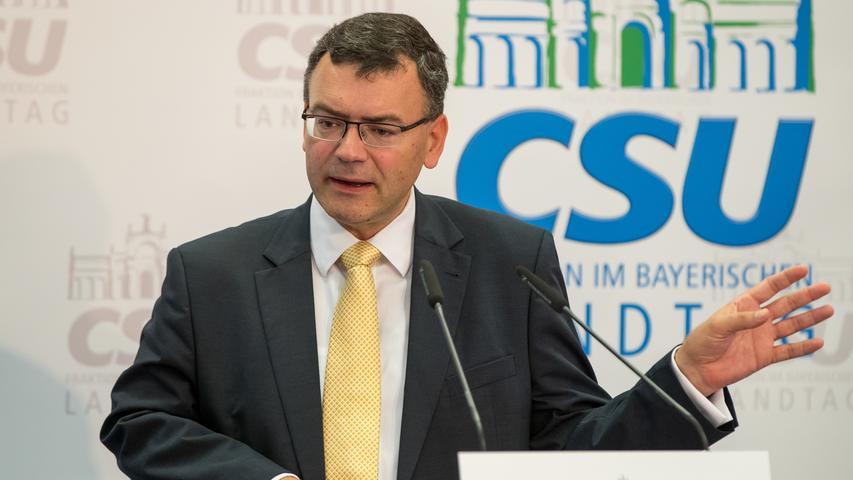 Das ist eine der Schlüsselpositionen im Regierungsgefüge - und wer sie besetzt, sollte hundertprozentig loyal zum Ministerpräsidenten sein. CSU-Innenexperte Florian Herrmann darf Staatskanzleichef bleiben und erhält das Ministerium für Europa und Medien. Er ist seit 2013 als Mitglied im Parteivorstand der CSU.