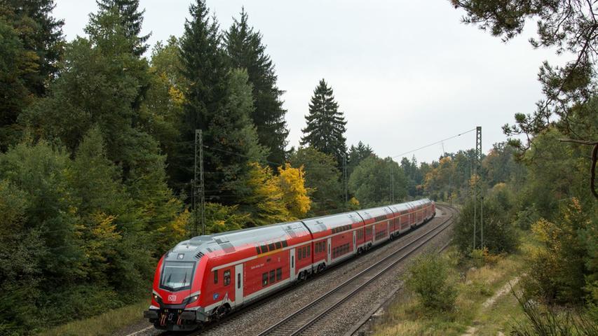 Diese besonderen Doppelstockzüge mit der Skoda-Lok 109E wurden im November 2017 in der Nähe von Möhren getestet. Sie kommen auf der Neubaustrecke Nürnberg-Ingolstadt zum Einsatz. Auch für die Bewohner Treuchtlingens gibt es bald neue Züge.  Mehr dazu gibt es hier.