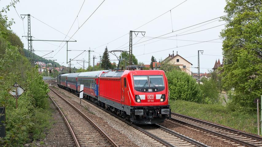Mit der Traxx-Lokomotivplattform hat Bombardier den Bestseller schlechthin  entwickelt. Gut 1.700 Lokomotiven fahren mittlerweile in 17 Ländern, wobei die  Deutsche Bahn mit rund 700 Maschinen über die mit Abstand größte Flotte  verfügt. Mit der weiterentwickelten Traxx AC 3 in der nun dritten Generation  will Bombardier an diese Erfolge anknüpfen. Auch diese wurde als echte  Baukastenlok konzipiert. Der Zug pendelte im Juni 2015 mehrmals am Tag mit bis  zu 176 km/h zwischen Treuchtlingen und Roth, einige Male wurde auch Donauwörth angefahren.