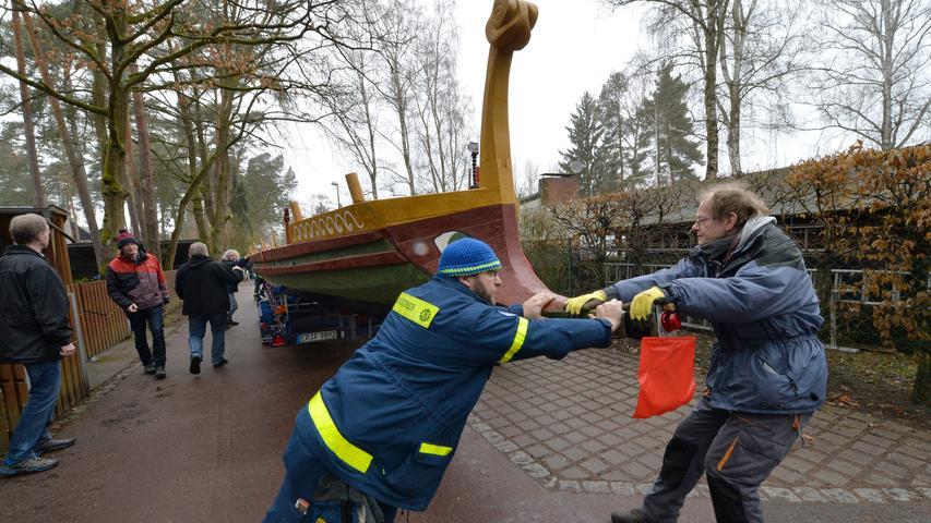Es wird nass: Erlanger Uni-Schiff am Dechensdorfer Weiher angekommen