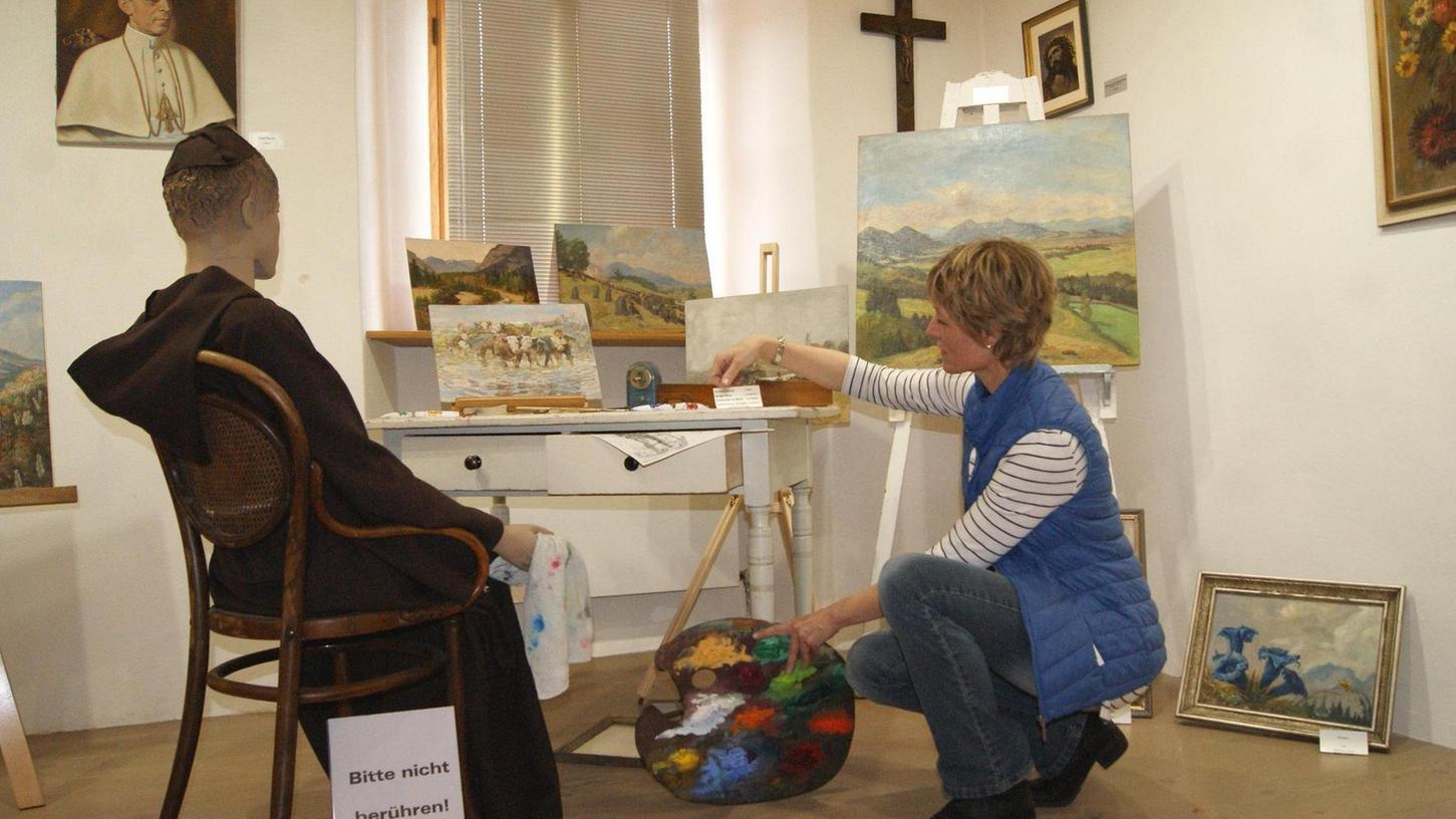 Bei der Ausstellung im museum34 fühlen sich die Besucher in das Klosteratelier von Bruder Angelicus hineinversetzt. Marion Ringl (r.) hat die Präsentation mit viel Liebe zum Detail verwirklicht.