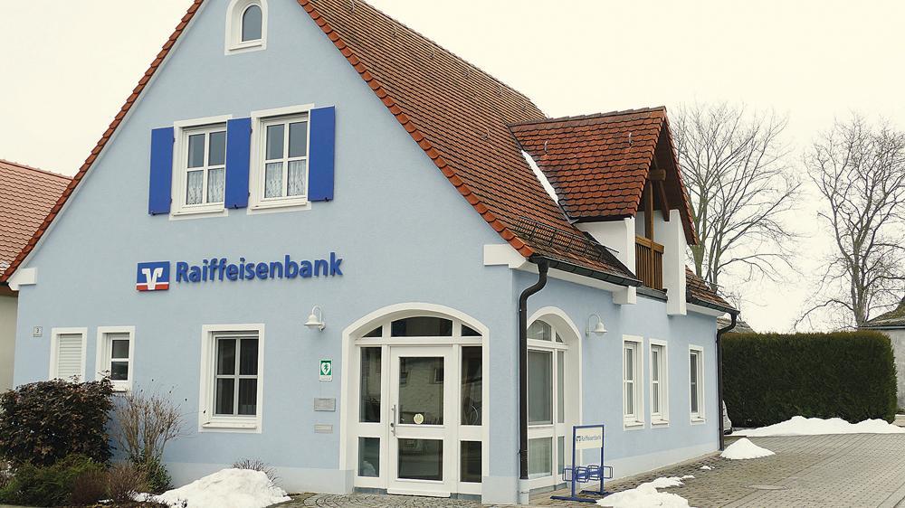Wird im kommenden Herbst gemeinsam mit sieben weiteren Filialen der Raiffeisenbank Weißenburg-Gunzenhausen geschlossen: Die Geschäftsstelle in Alesheim. Die Kunden werden künftig in Markt Berolzheim betreut.