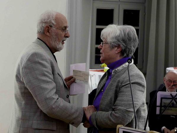5000 Euro zum Geburtstag: Horst Hassselbacher überraschte die Vorsitzende des Geschichts- und Heimatvereins, Carola Kabelitz, mit einer großzügigen Spende.