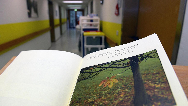 Ein Kondolenzbuch im Gedenken an die Verstorbenen: Im Zirndorfer Awo-Altenheim betreut der Hospizverein Fürth vier Appartements für schwerstkranke Menschen. Nun muss er ausziehen.