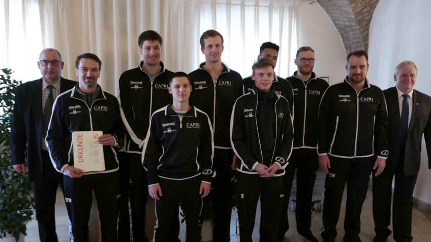 ….und der ersten Mannschaft drücken Bürgermeister Klaus Meier (r.) und Sportreferent Richard Cesinger (l.) die Daumen für den Durchmarsch in die Regionalliga.