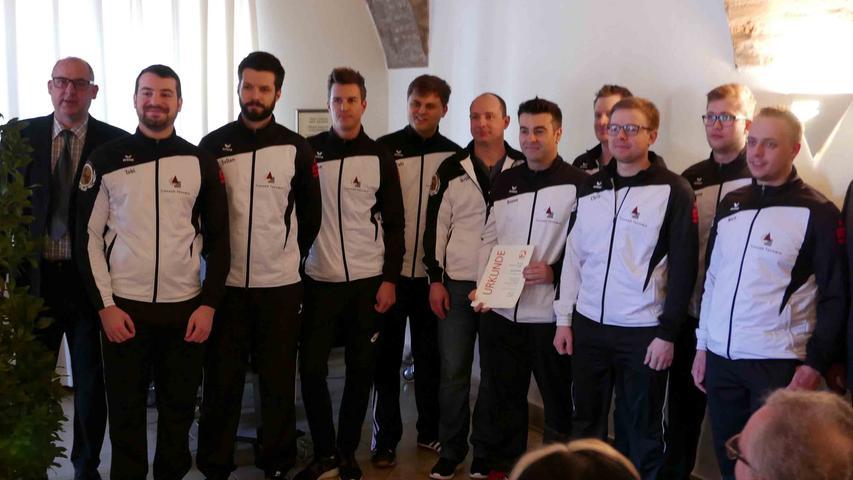 Die Basketballjugend wurde für den 1. Platz der Kreisliga Mittelfranken Nord ohne Niederlage geehrt…