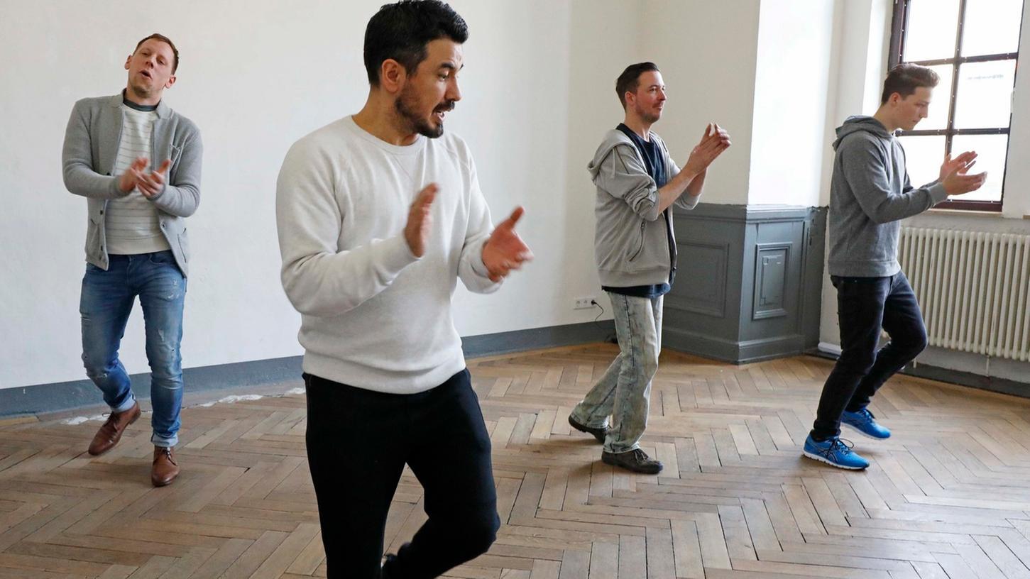 Der Schauspieler Ercan Karacay (2. v. li.) hat den Workshop betreut, bei dem auch Jürgen Freund (3. v. li.) sich Tipps geholt hat.