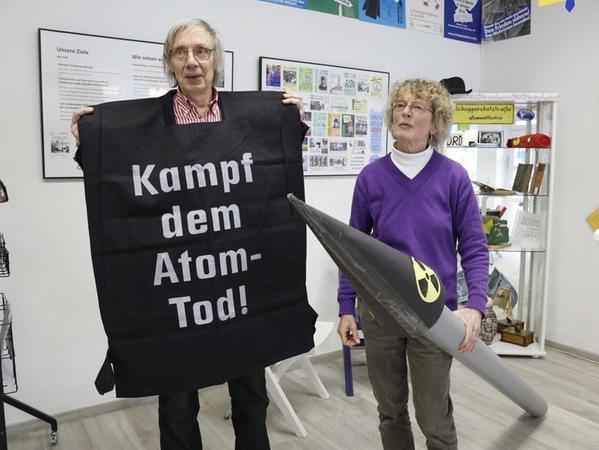 """Wolfgang Nick (links) und Elke Winter sind seit den ersten Tagen für das Friedensmuseum aktiv. Auf dem Bild präsentieren die beiden zum Teil selbst gebasteltes """"Demonstrations-Zubehör"""", das schon oft bei Protestaktionen zum Einsatz kam."""