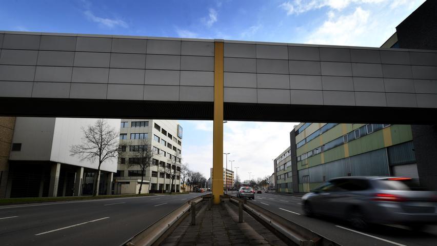 Keine Wohnbebauung dagegen soll es auf dem ehemaligen Schöller-Gelände geben. Für die rund 12.700 und 51.000 Quadratmeter großen Flächen links und rechts hat die Stadt ein Bebauungsplan-Verfahren eingeleitet, weil sie hier die Fakultät für Erziehungswissenschaften der Friedrich-Alexander-Universität ansiedeln möchte. Deren bisherigen Gebäude am Dutzendteich sind marode und eine Sanierung rentiert sich nicht mehr. Auch eines der beiden Gymnasien, die Nürnberg bauen muss, könnten auf dem ehemaligen Schöller-Areal Platz finden.