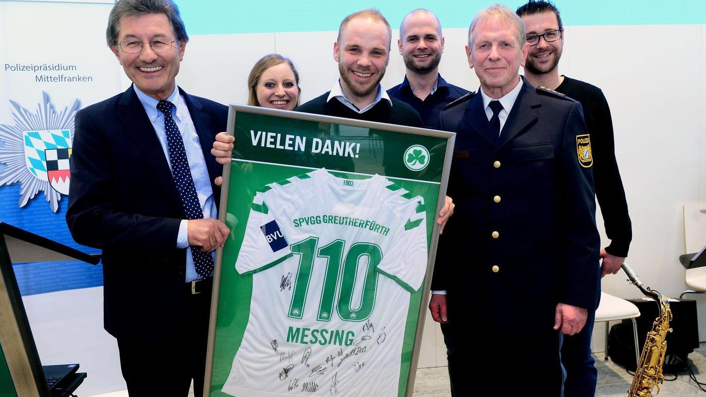 Symbolträchtig: Von SpVgg-Präsident Helmut Hack (li.) und Vereinsmitarbeitern erhielt Peter Messing (vorne re.) ein Kleeblatt-Trikot mit seinem Namen und der Nummer 110.