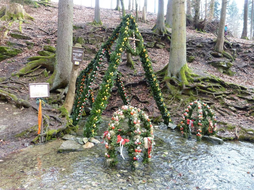 Osterbrunnen - Frauen schmücken Die Lillachquelle wird geschmückt Foto: Rolf Riedel Datum: 27032018