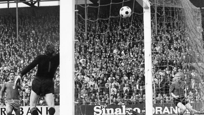 Mit Blick auf das erniedrigende 3:7 hätten Beckenbauer und seine Freunde die Meisterschaft gerne noch mal spannend gemacht - mussten den Nürnbergern und ihren gut 10.000 Anhängern im Stadion an der Grünwalder Straße in Giesing hinterher aber mit Nelken gratulieren. 2:0 durch Franz Brungs und Heinz Strehl. Alles andere ging in der rot-schwarzen Glückseligkeit unter.