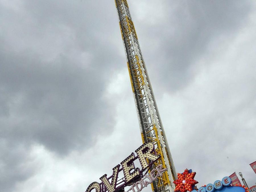 """Noch ragt der Hightech-Turm wie leblos in den grauen Himmel: Ab Samstag gehört der """"Hangover"""" zu den Top-Attraktionen auf dem Volksfest. Fotos: Hippel"""