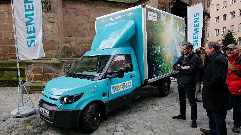 Angeschafft hat sich den 70.000 Euro teuren Elektro-Lkw der Logistikdienstleister Bezold aus Eckental. Das Unternehmen liefert damit im Auftrag der Siemens-Gebäudetechniksparte Building Technologies nun täglich bis zu einem Dutzend Päckchen und Pakete aus.