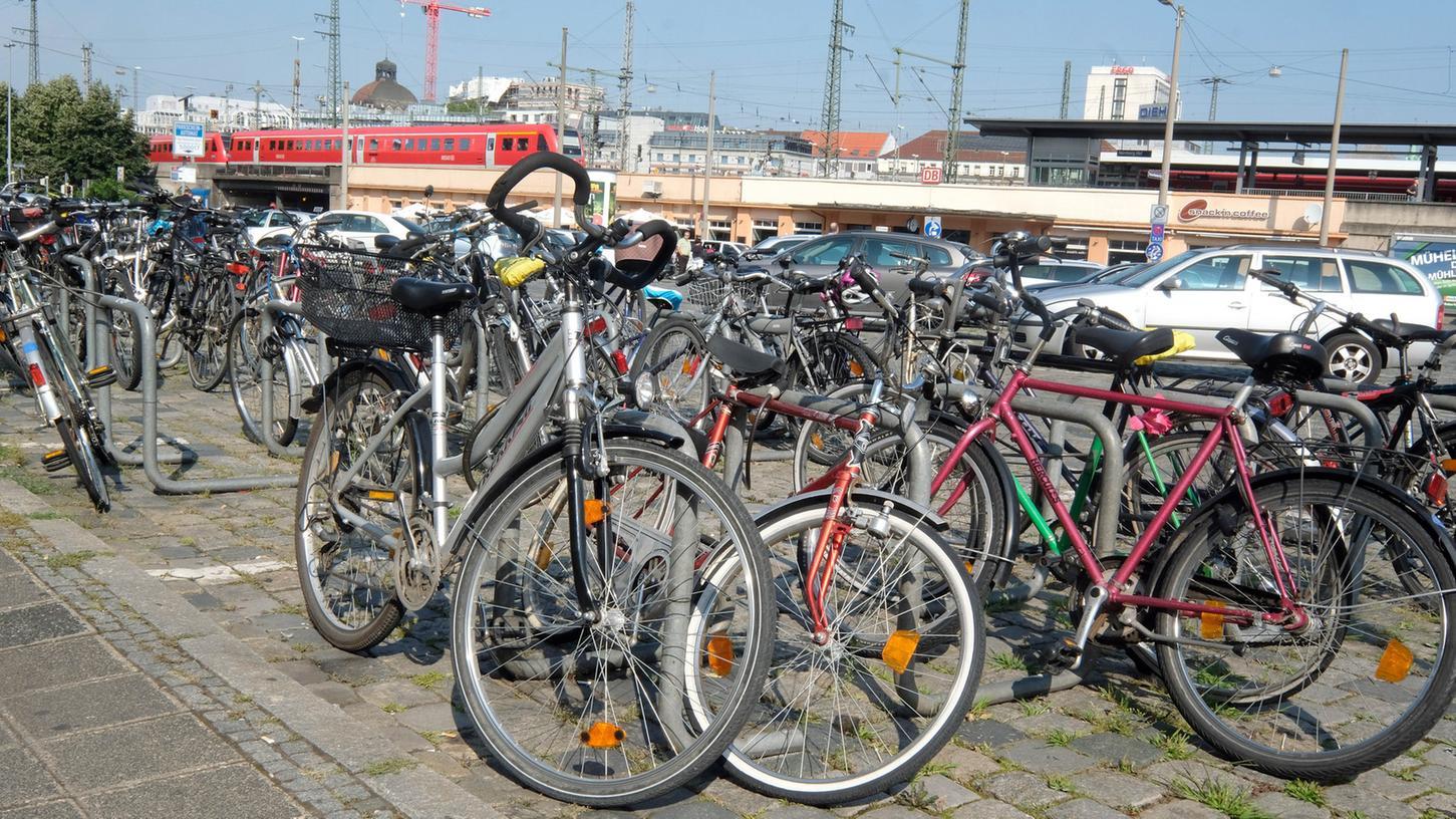Gerade der Nürnberger Hauptbahnhof, eine Schnittstelle zwischen Bahn, Bus, Straßenbahn und U-Bahn, ist eine Sammelstelle für Schrotträder.