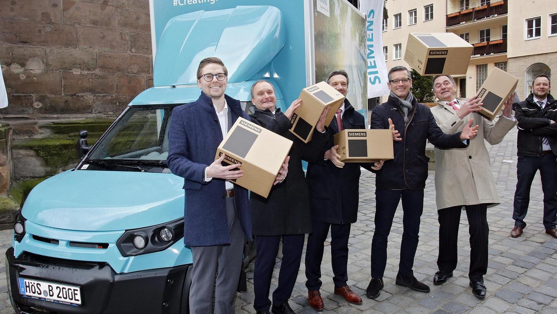 Ein E-Lkw ist künftig für das Unternehmen Siemens in der Stadt unterwegs, um Bau- und Ersatzteile sowie Elektronik auszuliefern. In der Innenstadt wurde das Fahrzeug vorgestellt.