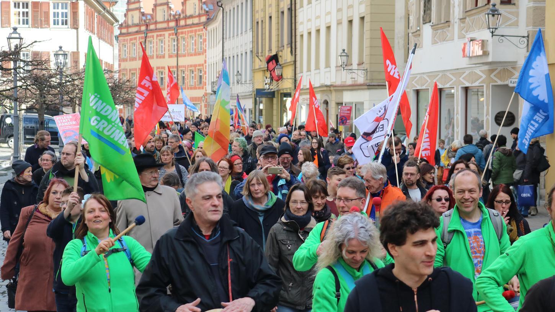 In ganz Franken beteiligten sich auch dieses Jahr wieder viele Demonstranten an den traditionellen Ostermärschen. In der Ansbacher Innenstadt kamen am Nachmittag rund 400 Personen zusammen.