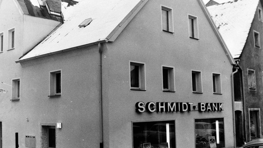 Heute ist die in Hof beheimatete Schmidt-Bank längst Geschichte. Vor einem halben Jahrhundert war sie die erste Privatbank, die in Pegnitz eine Filiale eröffnet hat. Zur feierlichen Eröffnung der Räume in der umgebauten ehemaligen Schmiede am Unteren Markt in Pegnitz konnte Bankier Dr. Karl Gerhard Schmidt eine ganze Reihe von Persönlichkeiten begrüßen, darunter Bürgermeister Christian Sammet mit Stadtrat Wunibald Glückstein, die beiden Dekane Dr. Franz Vogl und Wolfram Hanow sowie Vertreter der Geschäftswelt. Als die Bank später in ihr neues Domizil am Marktplatz wechselte, zogen die Nordbayerischen Nachrichten dort ein. Heute ist in dem Gebäude der Feinkostladen Wellhöfer untergebracht.