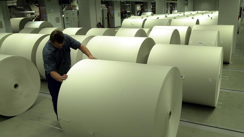 Nachschub an Papier liegt jederzeit bereit: Eine Rolle bietet jeweils Platz für zehn Kilometer Zeitung. Zu drei Vierteln besteht die Zeitung übrigens aus recycelten Stoffen: Rund 700.000 Tonnen Altpapier werden für die Jahresproduktion verwendet.