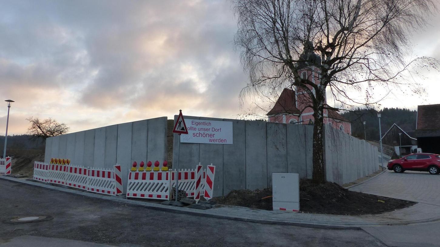 Im Baugebiet Großberghausen wird die zu hoch geratene Stützmauer abgeschnitten. Die Rückbauarbeiten beginnen am kommenden Montag.