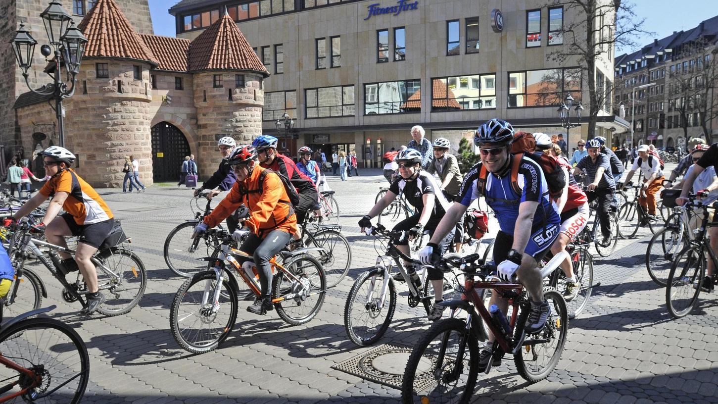 Am kommenden Samstag ist es wieder so weit: Der ADFC eröffnet die neue Saison, um 13 Uhr starten zeitgleich fünf Fahrradtouren am Weißen Turm - von gemütlich bis flott.