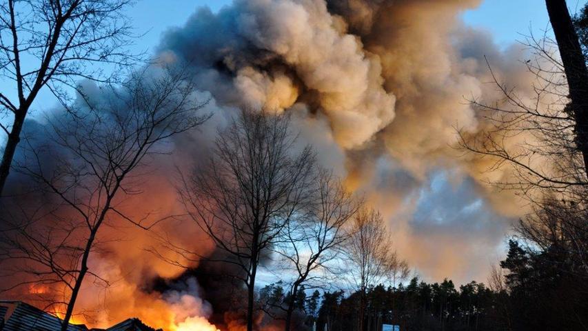 Großeinsatz in Roth: Lagerhalle in Barnsdorf in Flammen