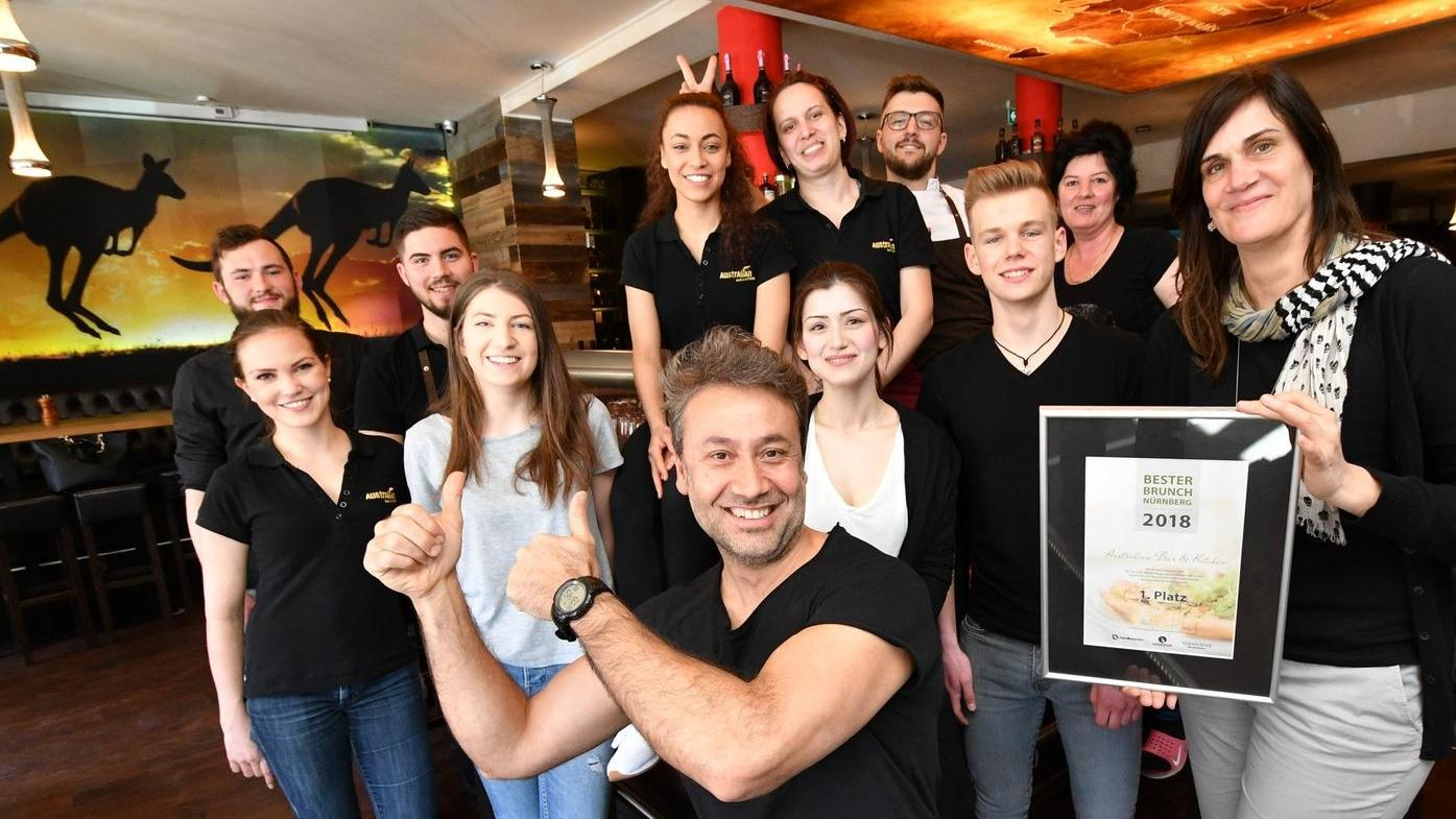 So sehen Sieger aus: Richi Karatay mit seinem Team und der Gewinnerurkunde, überreicht von NN-Redakteurin Katja Jäkel (rechts).
