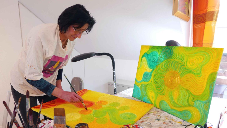 Die Künstlerin Susanne Titze in ihrem Münchsteinacher Atelier.