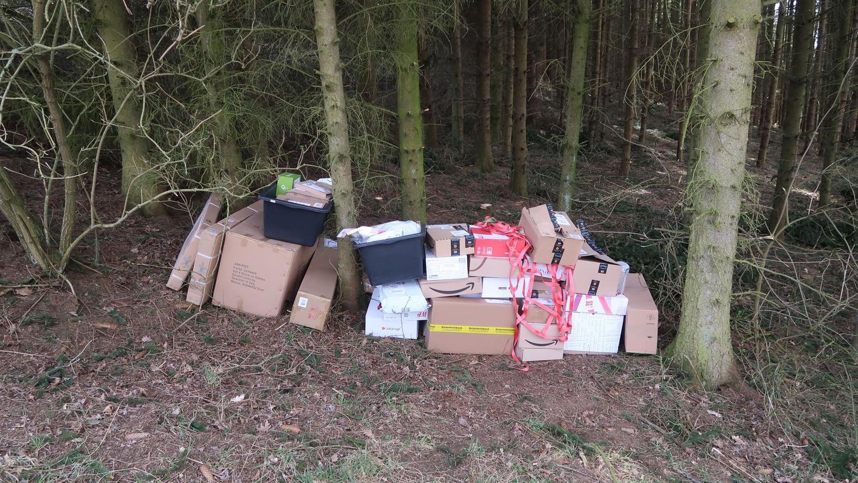 Mitten im Wald lagerten die Pakete zwischen den Bäumen - und das bereits seit Karsamstag.
