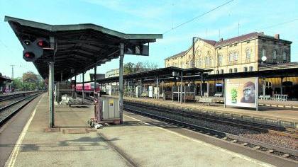 Fürther Tristesse pur: Der Hauptbahnhof lädt nach dem Abzug vieler Bahn-Einrichtungen und der Gastronomie nicht mehr zum Verweilen ein. Das soll sich nach den Vorstellungen der Stadtspitze ändern.Foto: Winckler