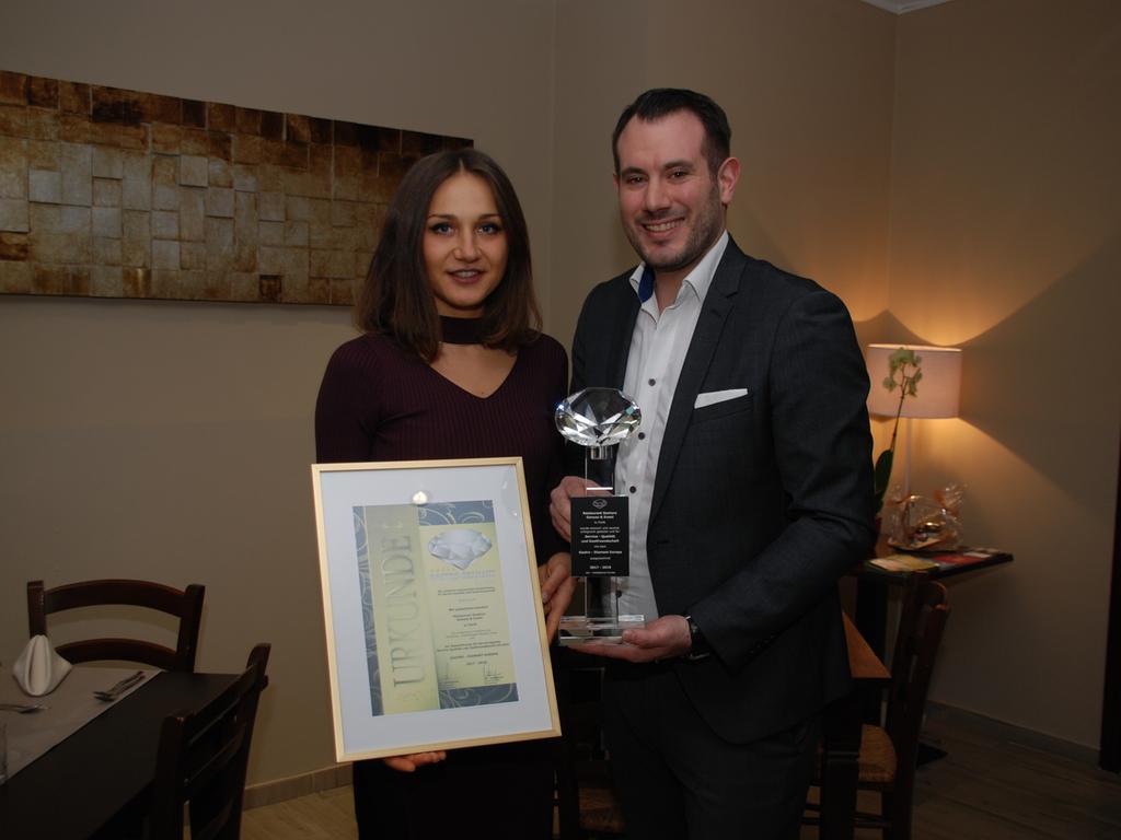 Fernando Santoro und dessen Verlobte Xenia Diulgher mit der Auszeichnung