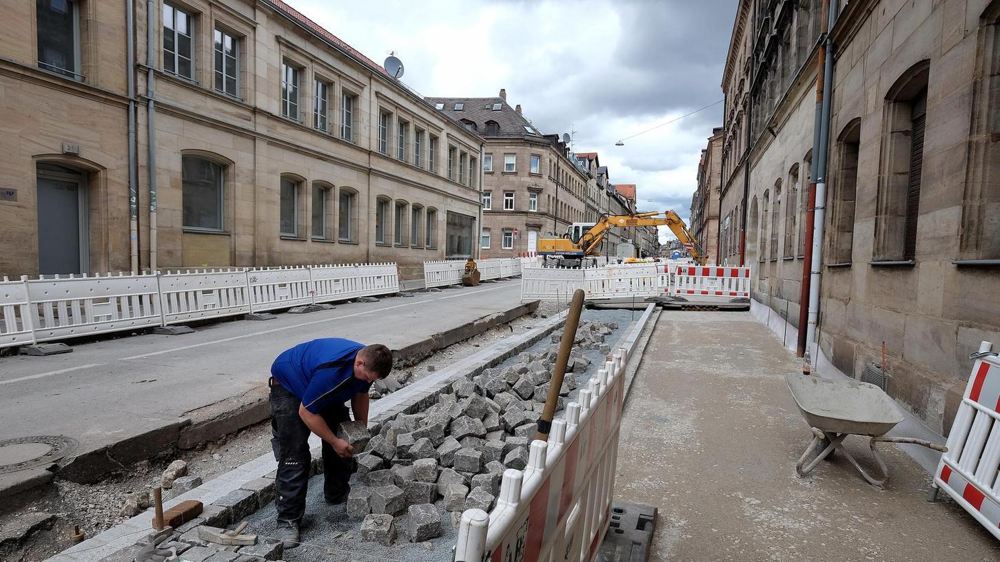 Es geht sichtlich voran: In Teilen der Hirschenstraße zeichnen sich bereits die Konturen der künftig großzügigeren Gehsteige ab.