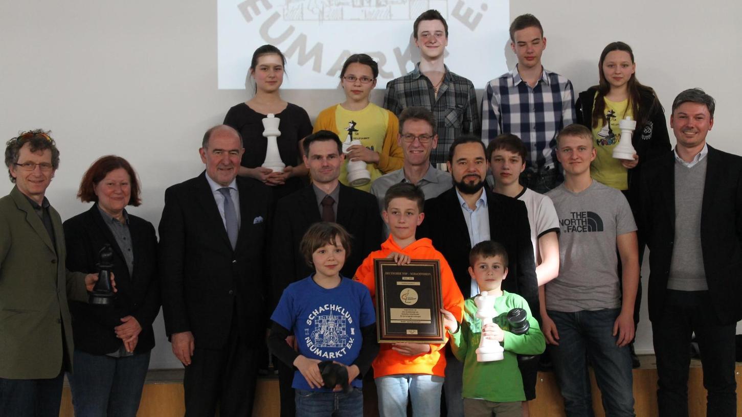 Der SK Neumarkt ist ein TOP-Schachverein, was auch die erneute Auszeichnung mit dem Qualitätssiegel untermauert. Im Landratsamt wurde sie feierlich überreicht.
