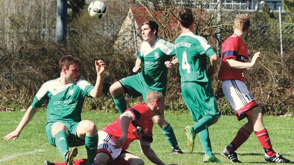 Mit vereinten Kräften: Der SV Wettelsheim (in Grün) ließ Sonntagnachmittag in der Defensive keinen Treffer im Schlüsselspiel gegen den SV Mosbach zu und gewann am Ende knapp mit 1:0.