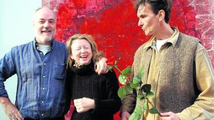 Künstler zu Gast bei Künstlerfreunden: Ring-C-Leiter Hjalmar Leander Weiss (re.) begrüßt in diesem Jahr Christian Oberlander und Margot Protze.Foto: Günter B. Kögler