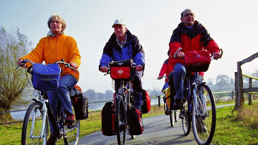 Grundsätzlich hat man nichts zu befürchten, wenn man neben anderen Radfahrern fährt. Wer diese aber behindert oder gefährdet, kann mit einem Bußgeld von 20 bis 30 Euro bestraft werden.