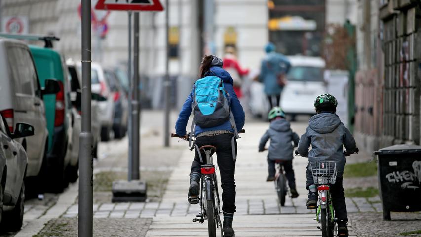 Wer einen vorhandenen und beschilderten Radweg neben dem Fußgängerweg nicht verwendet, dem drohen 20 bis 35 Euro Bußgeld.