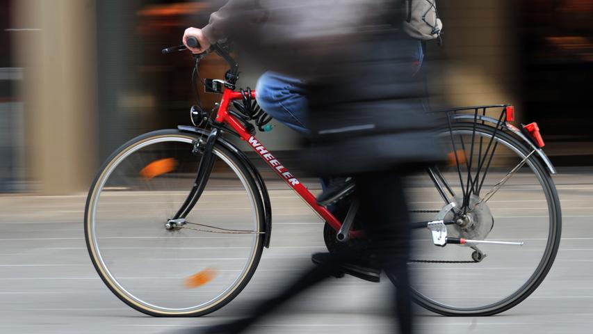Fährt man in einer freigegebenen Fußgängerzone oder auf einem Gehweg mehr als Schrittgeschwindigkeit, dann droht ein Bußgeld von 15 Euro - allerdings nur, wenn auch andere Verkehrsteilnehmer wie Fußgänger dort sind, auf die es Rücksicht zu nehmen gilt.