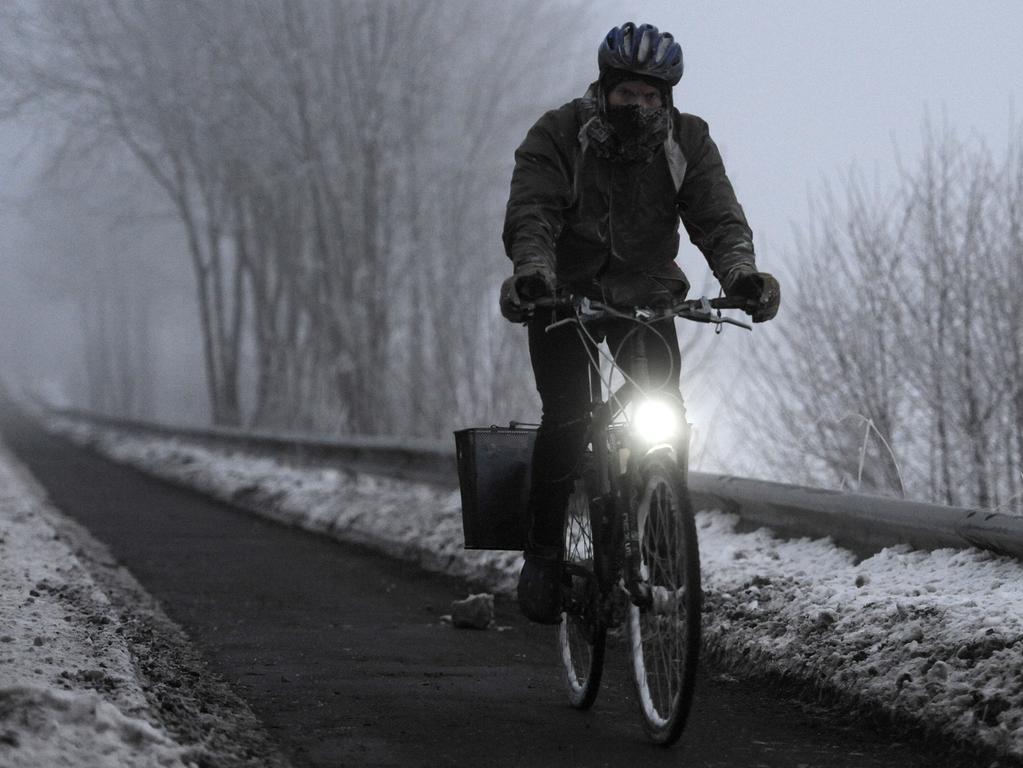 Ein Radfahrer fährt am 25.01.2013 bei acht Grad Frost und dichtem Nebel einen Radweg bei Papenburg (Niedersachsen) entlang. Mit Sichtweiten von teilweise nur um die dreißig Meter startete der kalte Wintertag sehr trübe. Foto: Ingo Wagner/dpa +++(c) dpa - Bildfunk+++ | Verwendung weltweit