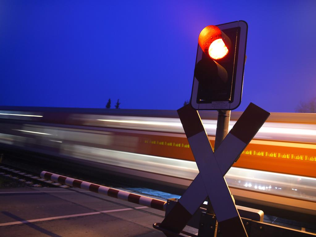 ARCHIV - Ein Regionalexpress fährt am 17.11.2014 in Oberzell (Baden-Württemberg) an einem beschrankten Bahnübergang vorbei. Bei der Deutschen Bahn haben einem Bericht zufolge die Verspätungen im Fernverkehr in den vergangenen Jahren deutlich zugenommen. Zwischen 2004 und 2013 seien die «Verspätungsminuten» hier um 30 Prozent angestiegen, schreibt die «Hannoversche Allgemeine Zeitung» Dienstag (25.11.2014). Foto: Felix Kästle/dpa +++(c) dpa - Bildfunk+++ | Verwendung weltweit