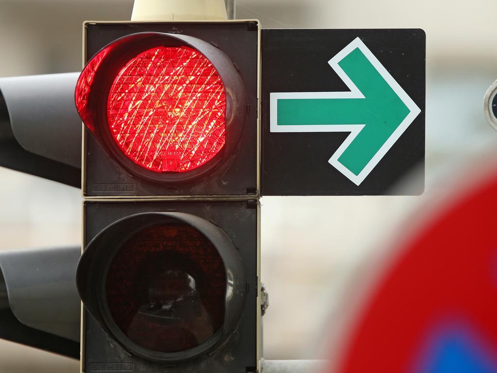 Ein grüner Pfeil erlaubt am 19.09.2014 das Abbiegen trotz roter Ampel an einer Kreuzung in Leipzig (Sachsen). Die DDR ist vor 25 Jahren untergegangen - aber spurlos verschwunden ist sie nicht. Ob in Supermarktregalen, an Straßenkreuzungen oder in der Alltagssprache - ein wenig DDR findet sich auch in der Bundesrepublik noch. Foto: Jan Woitas/dpa (zu dpa: