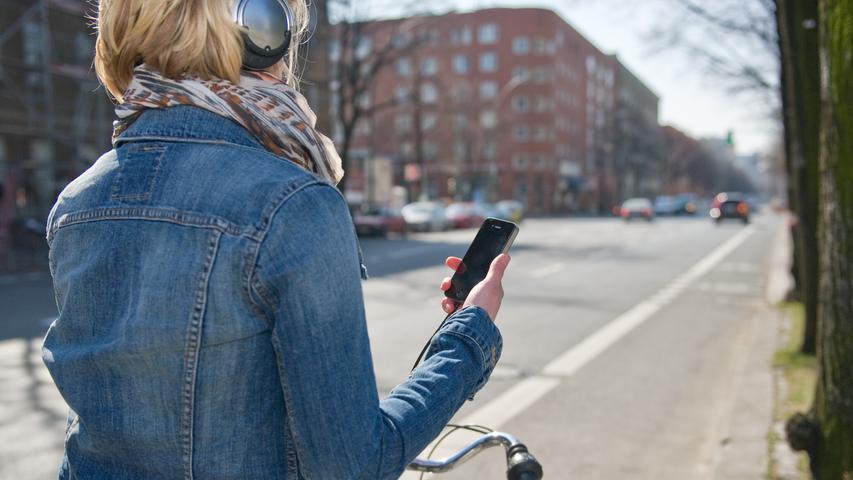 Wer auf dem Fahrrad ein Gerät zum Musikhören verwendet und damit den Straßenverkehr nicht mehr hören kann, zahlt 15 Euro.